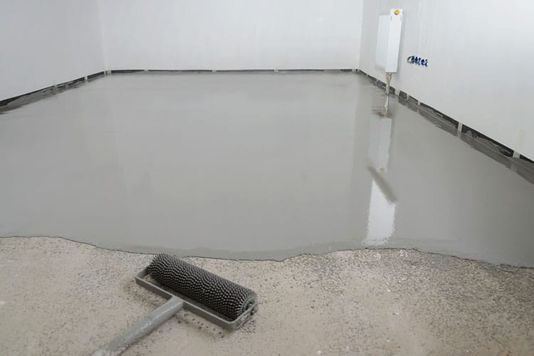 Self-leveling epoxy. Leveling with a mixture of cement floors.